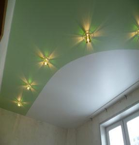 цветные потолки с зеленым
