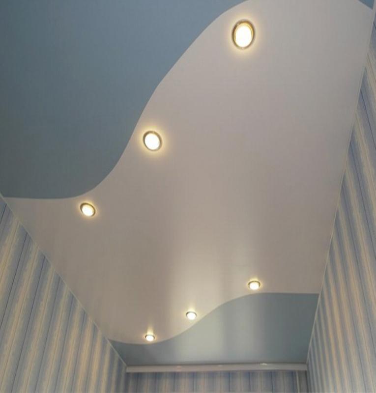 Цветные потолки белый с голубым