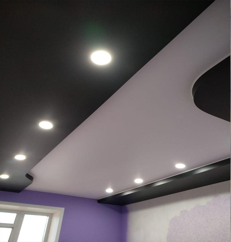 Цветные потолки идеи