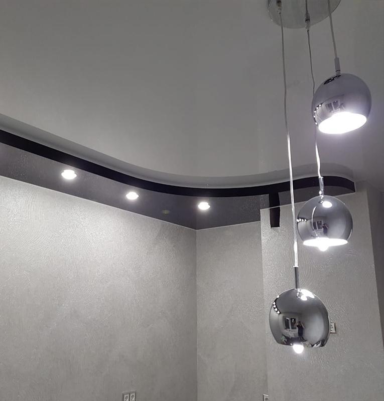 Двухуровневые потолки со светильниками