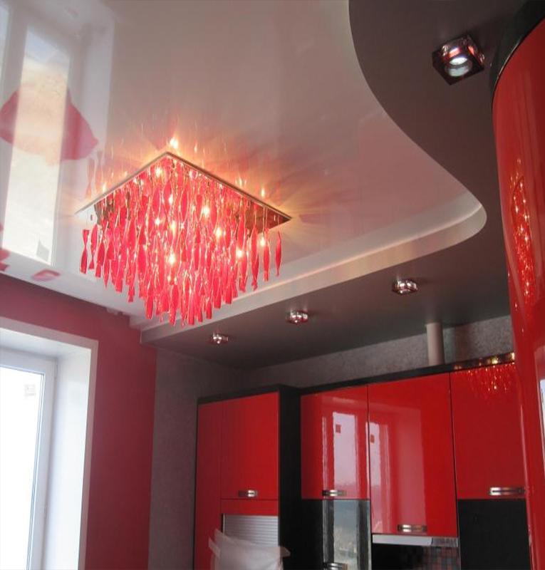 Двухуровневые потолки под красный интерьер