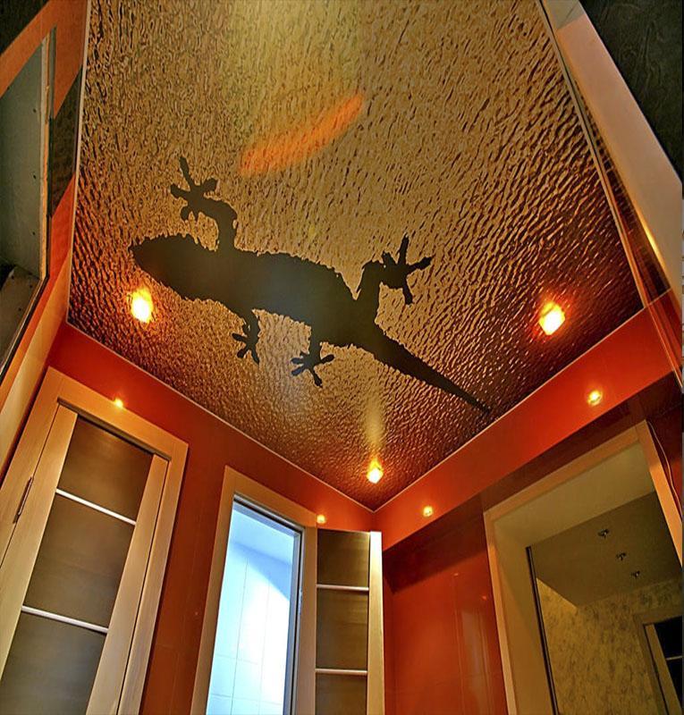 Фотопечать ящерица на потолке