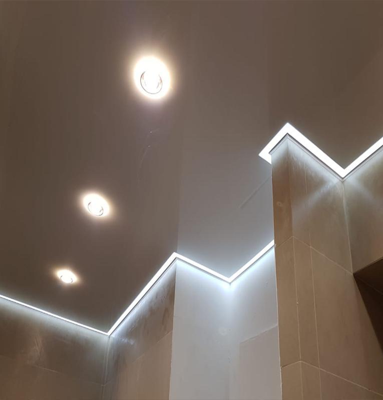 Глянцевые потолки в ванне