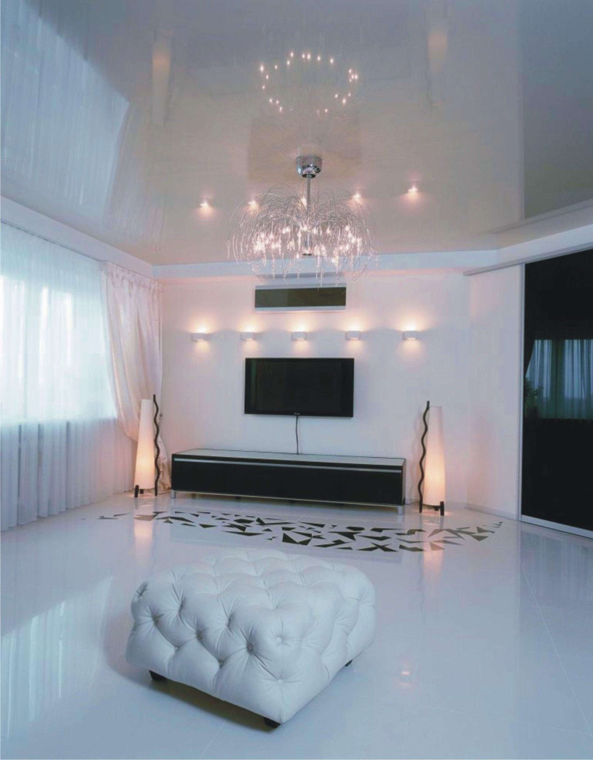 Глянцевый навесной потолок в гостиную
