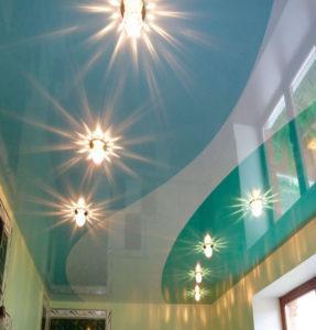комбинированные потолки голубые