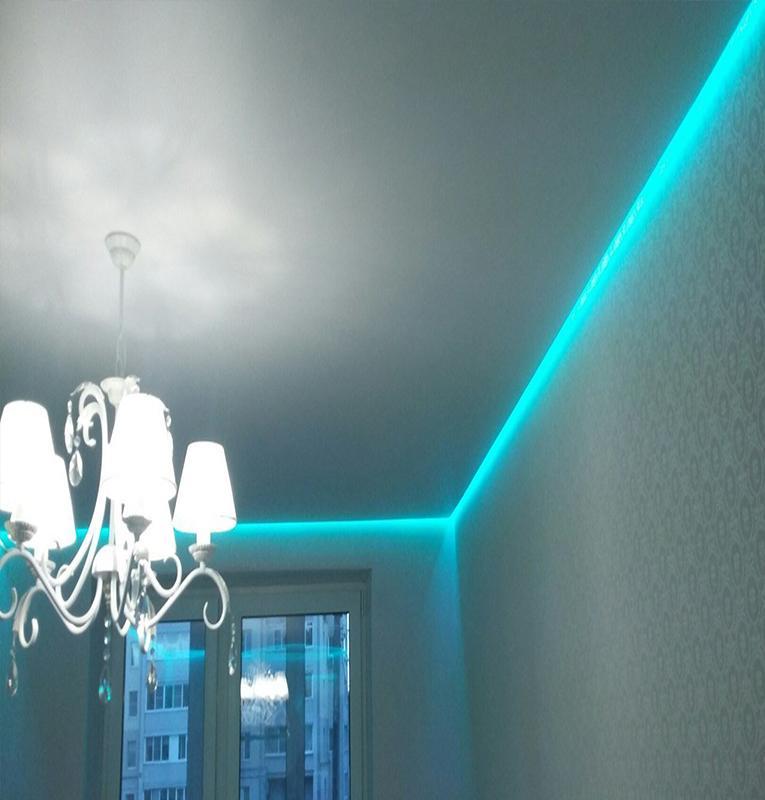 парящий матовый потолок с голубой световой линией