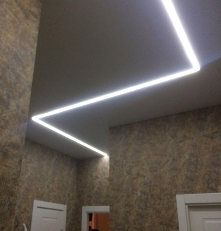 Прихожая потолок со свет линией