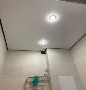 Сатиновые потолки туалет