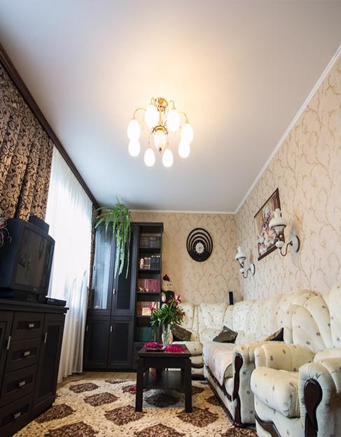 Матовый белый натяжной потолок в гостиную Teqtum