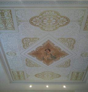 гостиная потолок с узорами и рисунком