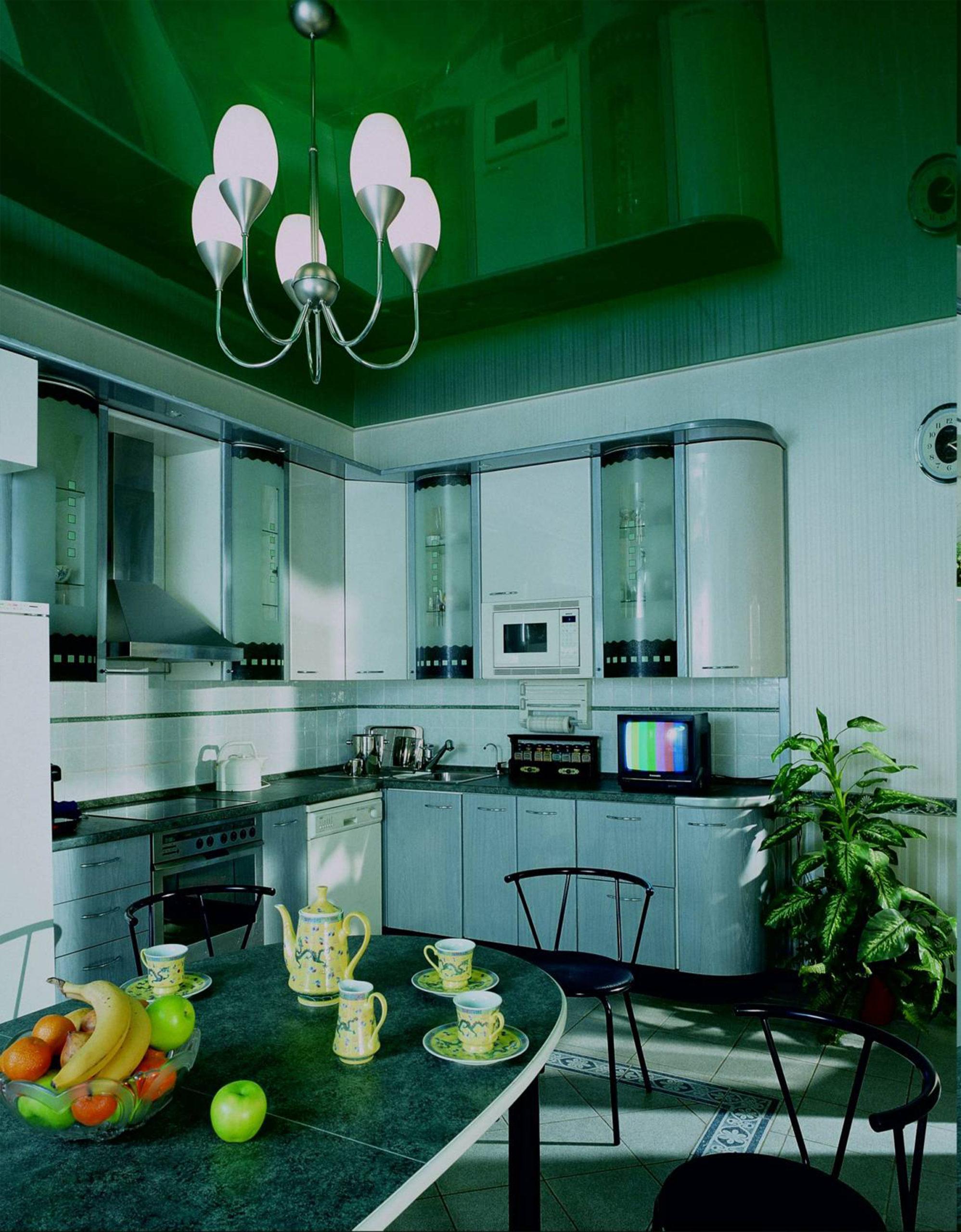 Цветной глянцевый натяжной потолок в кухню MSD
