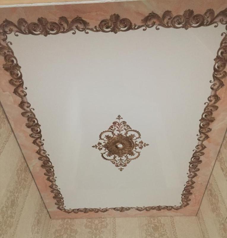 Прихожая потолок с узорами