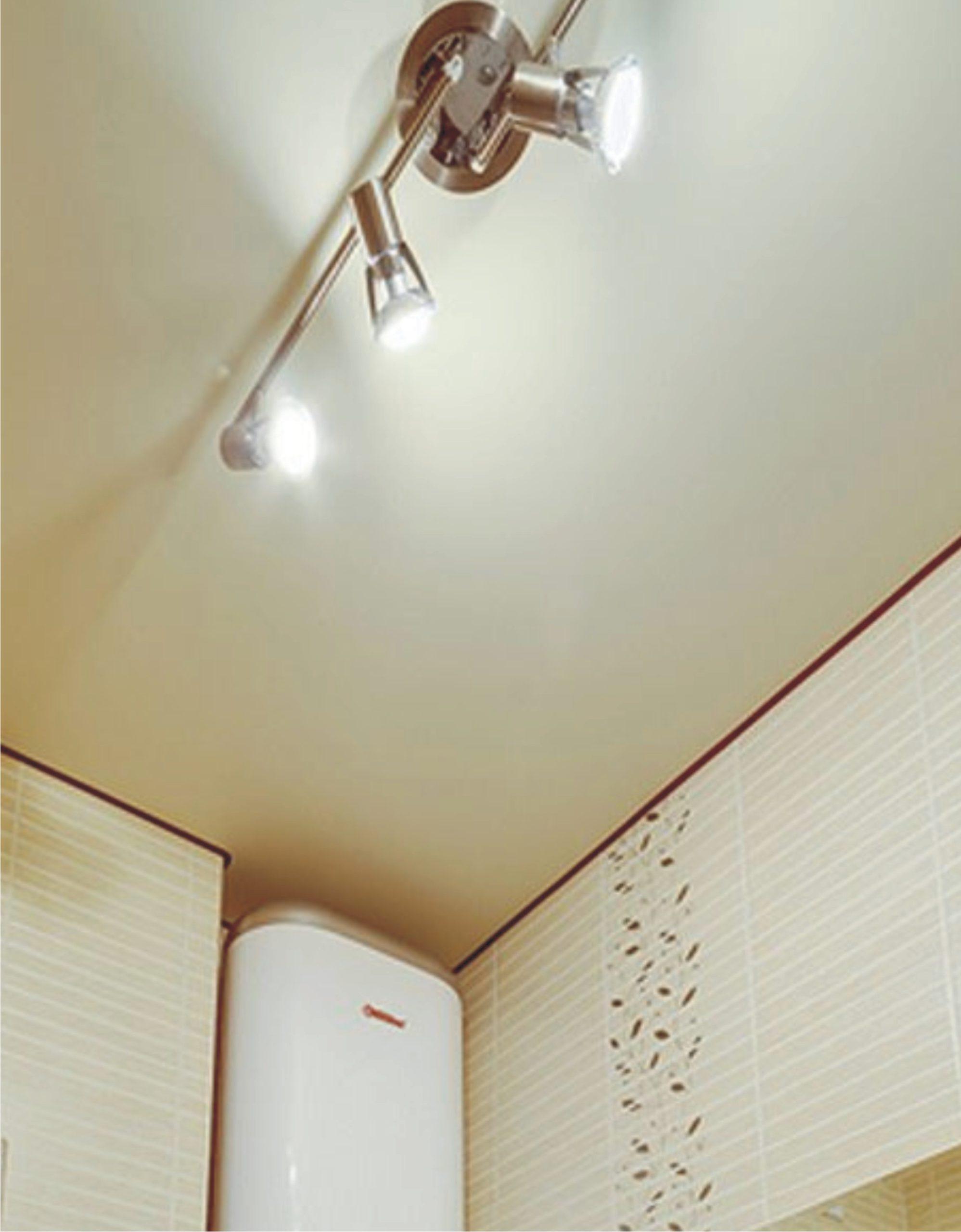 Сатиновый белый натяжной потолок в ванную MSD