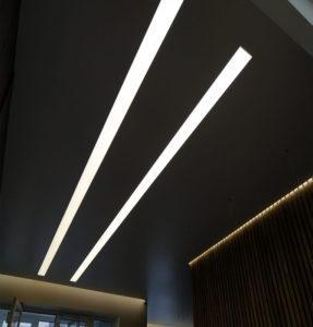 Световые линии натяжной потолок в квартире